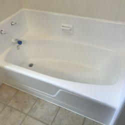 Het overspuiten van badkuipen en het opnieuw aanbrengen van tegels na - NuFinishPro