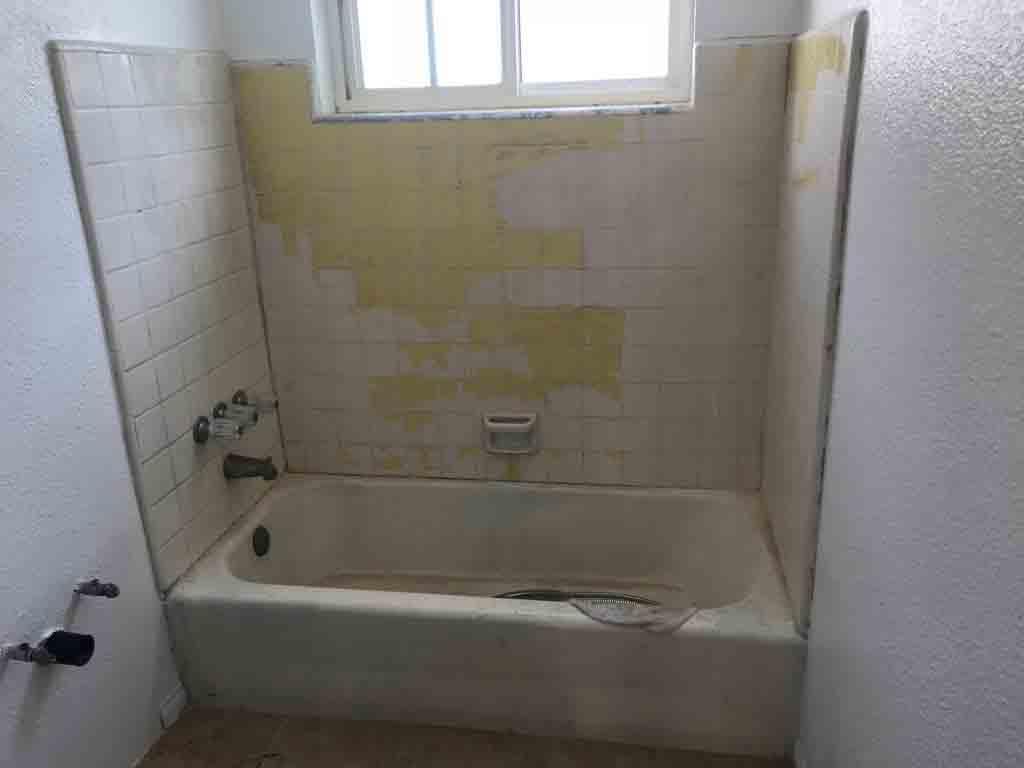 Fürdőszoba a fürdőkád utánfényezése és a csempe újrafestése előtt
