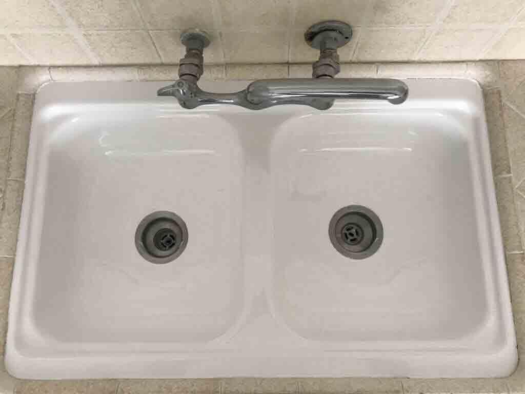 A Sink Reglaze munkája megtörtént.