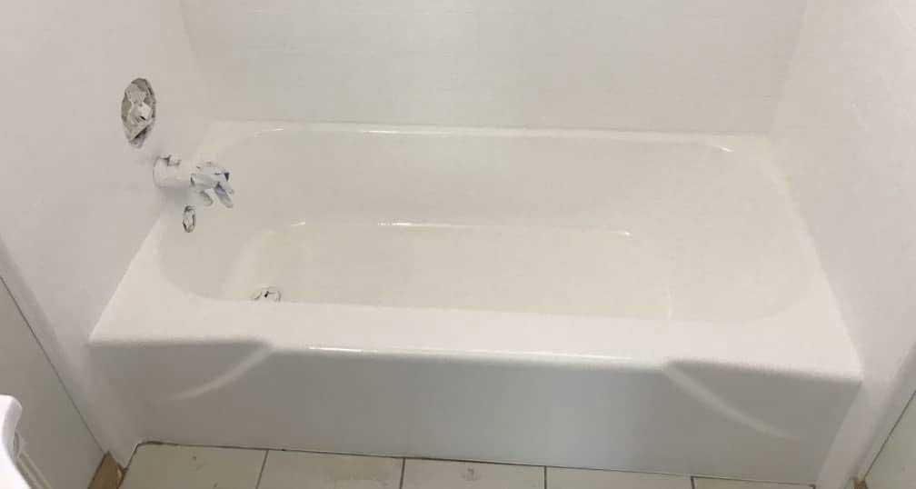 Fürdőkád a fürdőkád utánfényezési és csempefestési munkái után